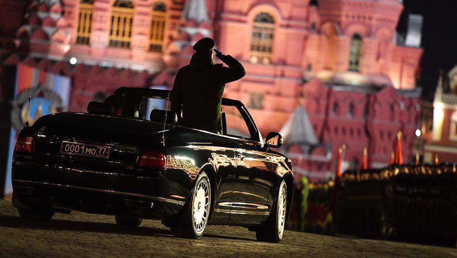 Кабриолет Aurus Senat на репетиции военного парада на Красной площади в Москве, посвященного 74-й годовщине Победы в Великой Отечественной войне, 29 апреля 2019 года