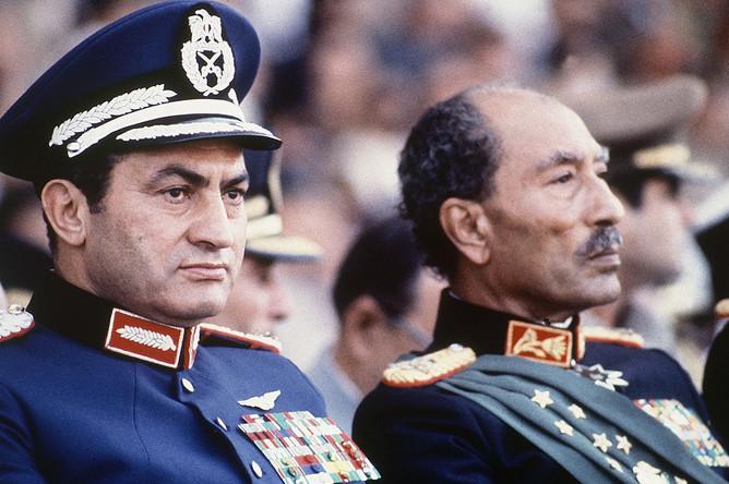 Президент Египта Анвар Садат и вице-президент Хосни Мубарак во время военного парада, где в результате покушения Садат был смертельно ранен, 1981 год