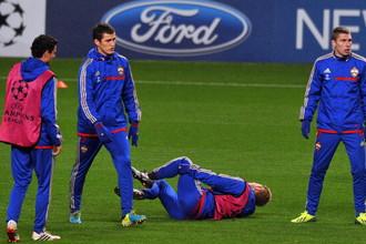 Кейсуке Хонда (лежит) получил травму на тренировке перед матчем с «Манчестер Сити»