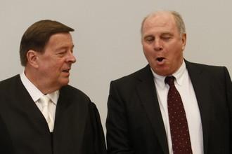 Ули Хенесс (справа) со своим адвокатом