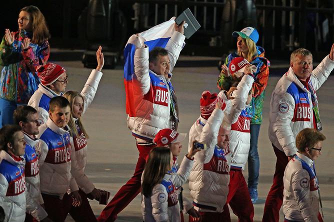 Российские спортсмены перед началом торжественной церемонии закрытия XI зимних Паралимпийских игр на стадионе «Фишт»