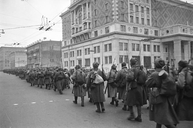 Войска идут на фронт по улице Горького в Москве. Ноябрь 1941 года