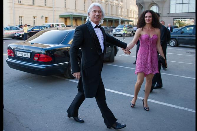 Дмитрий Хворостовский с супругой направляются на празднование юбилея журнала Elle Россия, 2011 год