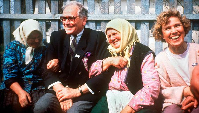 Послы доброй воли ЮНЕСКО французский модельер Пьер Карден и немецкая актриса Витта Поль с бабушками из Чернобыля, 1991 год