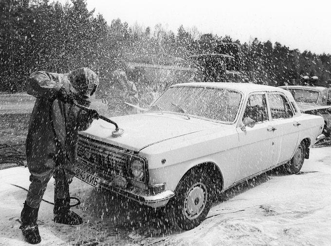 Легковой автомобиль, выезжающий из зоны чернобыльской катастрофы, проходит дезактивацию на специально созданном пункте, апрель 1986 года