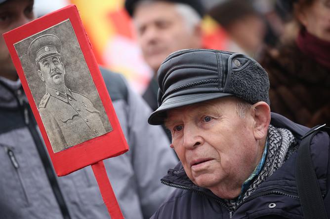 Участник шествия КПРФ по Первомайскому проспекту накануне 99-й годовщины Октябрьской социалистической революции