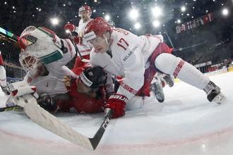Нападающий сборной Белоруссии Егор Шарангович борется за шайбу в матче чемпионата мира по хоккею — 2017