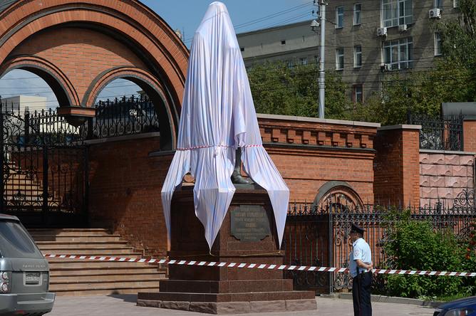 Памятник Николаю II и цесаревичу Алексею в Новосибирске после нападения с топором, 1 августа 2017 года