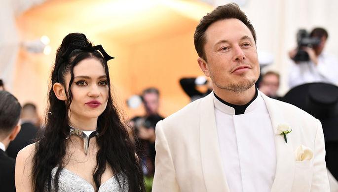 Певица Grimes (Клер Буше) и предприниматель Илон Маск во время бала Института костюма Met Gala в...