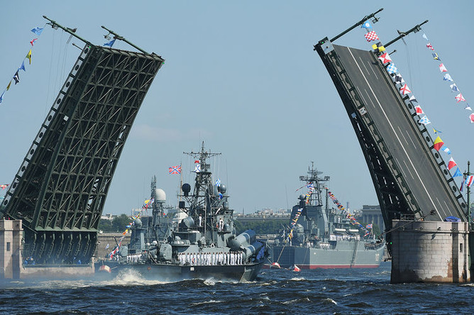 Корабли проходят под разведенным Дворцовым мостом на главном военно-морском параде в Санкт-Петербурге в честь Дня Военно-Морского Флота России. Справа: большой десантный корабль «Минск»