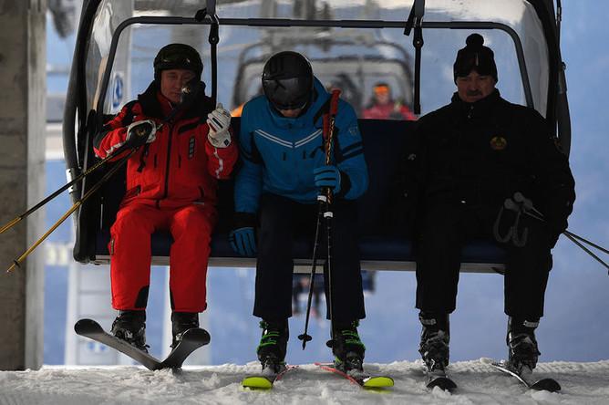 Президент России Владимир Путин и президент Белоруссии Александр Лукашенко с сыном Николаем во время катания на лыжах в Сочи, 13 февраля 2019 года