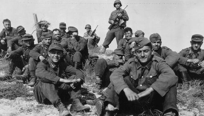 Пленные грузинские легионеры под охраной американских солдат, Франция, 1944 год