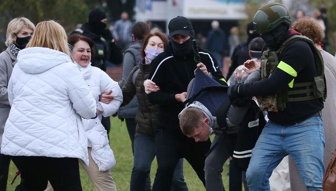 Сотрудники правоохранительных органов задерживают участника акции оппозиции «Марш гордости» в Минске, 11 октября 2020 года