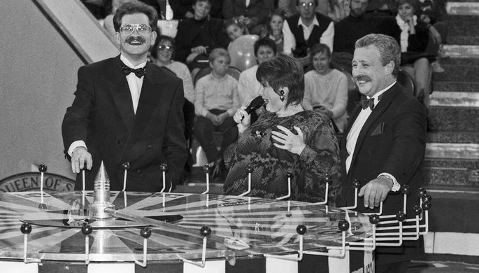 Владислав Листьев, Клара Новикова и Леонид Якубович (слева направо) во время съемок телепередачи «Поле Чудес», 1992 год
