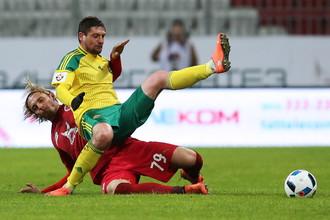 Евгений Селезнев (в желто-зеленом) и Андрей Пилявский уже успели сойтись друг с другом в матче Российской премьер-лиги, но, похоже, вместе не сыграют за сборную