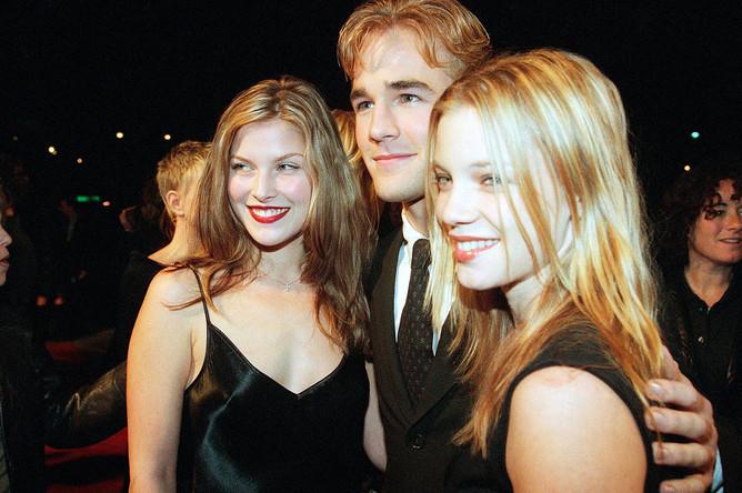 Актеры Эли Лартер, Джеймс Ван Дер Бик и Эми Смарт на премьере фильма «Студенческая команда» в Лос-Анджелесе, 1999 год