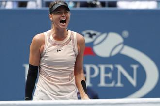 Российская теннисистка Мария Шарапова кричит от разочарования в матче против Анастасии Севастовой