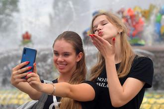 Под диктовку инстаграма: что девушки делают с собой в России