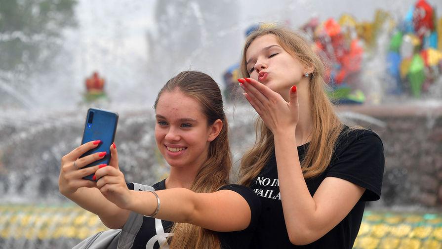 Блестки на все лицо и размазанные губы: что инстаграм делает с девушками