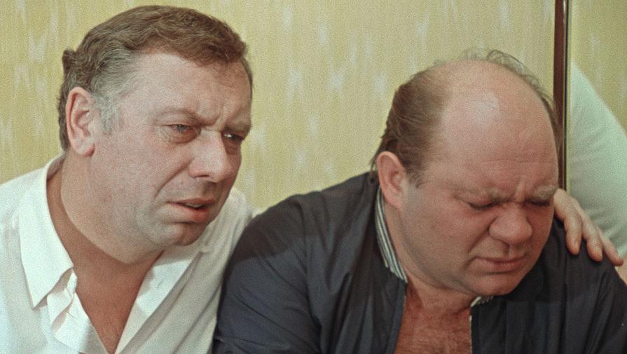 <b>&laquo;Белорусский вокзал&raquo; (1971)</b> <br>Белорусский вокзал&nbsp;- символ Великой Отечественной войны, здесь провожали на фронт и встречали с войны. Он же и послужил названием фильма о фронтовых друзьях, встретившихся на похоронах товарища через 25 лет после Победы. <br>В фильме нет ни одной батальной сцены, даже фронтовых воспоминаний не так много. Но тем не менее картина передала дух военного поколения. Отец режиссера Андрея Смирнова, Сергей Смирнов, был участником Великой Отечественной. Он впоследствии собирал материалы о защитниках Брестской крепости, описывал подвиги советских солдат, рассказывал о них в журналах и по радио, вел телепередачу &laquo;Рассказы неизвестных героев&raquo;, увековечивая память героев