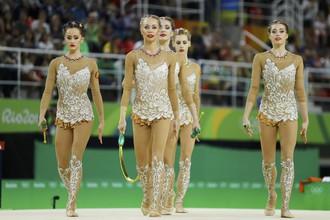 Сборная России по художественной гимнастике выполнила упражнения и ждет объявления результатов