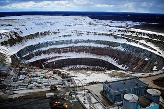 Вид на кимберлитовую трубку алмазного карьера «Мир» Мирнинского горно-обогатительного комбината ОАО «АЛРОСА»