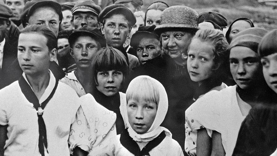 Надежда Крупская среди пионеров, 1927 год