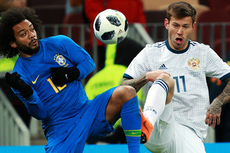 Марсело (Бразилия) и Федор Смолов (Россия) в товарищеском матче по футболу между сборными России и Бразилии, 23 марта 2018 года