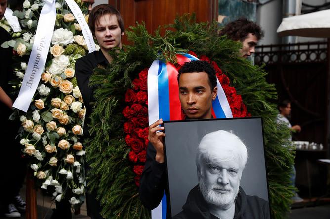 Во время церемонии выноса гроба с телом режиссера Дмитрия Брусникина у МХТ имени Чехова, 13 августа 2018 года