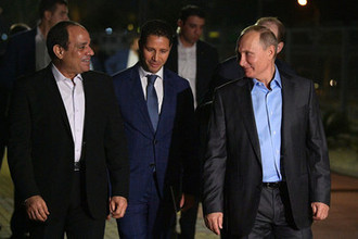 Президент Египта Абдель Фаттах ас-Сиси и президент России Владимир Путин во время прогулки на набережной Олимпийского парка в Сочи, 16 октября 2018 года