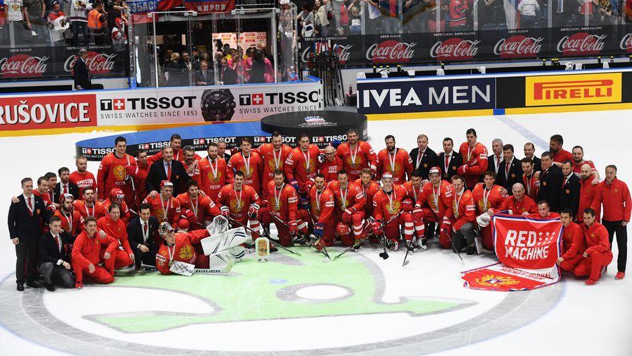 Игроки сборной России фотографируются после победы в матче чемпионата мира по хоккею за третье место между сборными командами России и Чехии