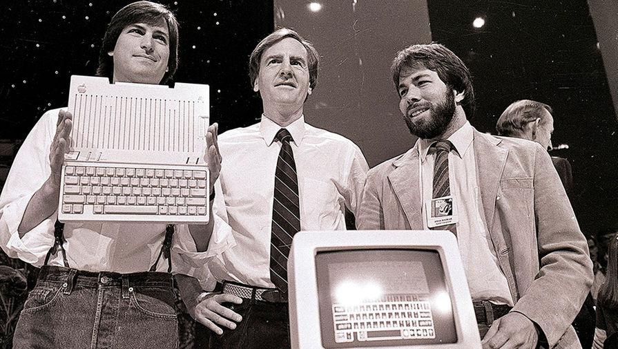 Стив Джобс, генеральный директор корпорации Apple Джон Скалли и Стив Возняк на презентации компьютера Apple IIc в Сан-Франциско, 1984 год