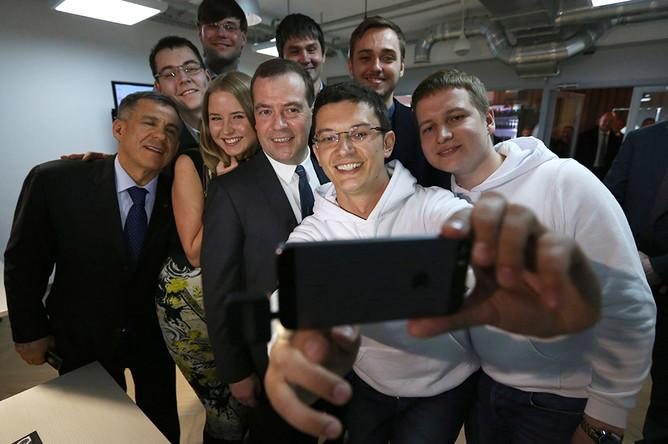 В марте 2014 года Дмитрий Медведев сделал селфи с молодыми учеными во время посещения частного технопарка в Казани