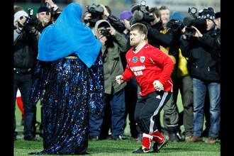 Глава Чеченской Республики Рамзан Кадыров во время исполнения лезгинки в перерыве товарищеского матча между командами Бразилии и Чечни на стадионе в Грозном, 2011 год