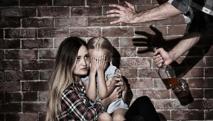 Пьет — значит бьет: как алкоголь вредит семье
