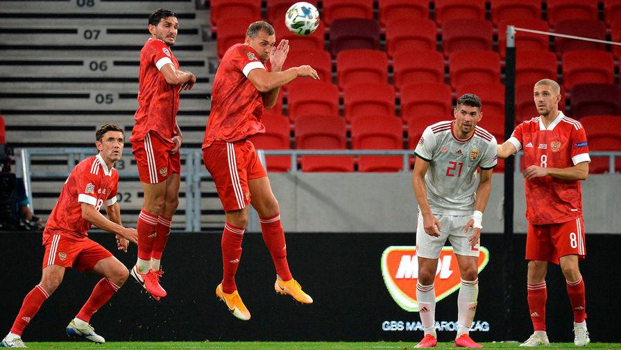 Игроки сборной России Юрий Жирков, Артём Дзюба, Юрий Газинский и игрок сборной Венгрии Барнабаш Беше в матче 2-го тура Лиги наций УЕФА между сборными Венгрии и России, 6 сентября 2020 года
