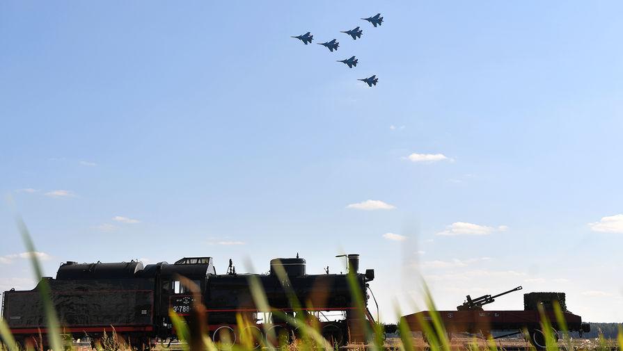 Истребители Су-30СМ пилотажной группы «Русские витязи» во время воздушного парада на авиационном фестивале «Форсаж-2017», посвященном 105-летию создания Военно-воздушных сил России