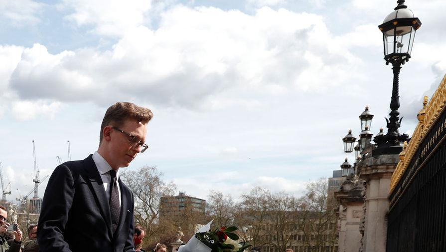 Британцы перед воротами Букингемского дворца в Лондоне после объявления о смерти принца Филиппа, 9 апреля 2021 года