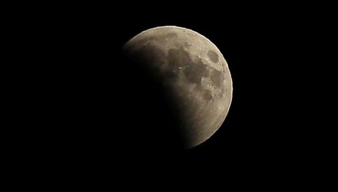 Луна во время затмения над мысом Меганом в Крыму, 27 июля 2018 года