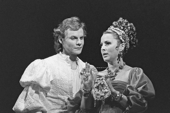 Актеры Виталий Соломин и Нелли Корниенко в сцене из спектакля Малого театра «Заговор Фиеско в Генуе», 1977 год
