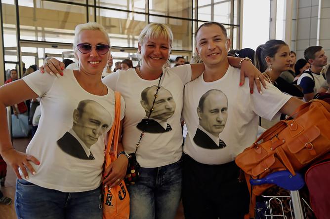 Российские туристы говорят, что нервничают перед полетом, так как особых мер для безопасности не видно. Но свои переживания не показывают, надеясь на лучшее