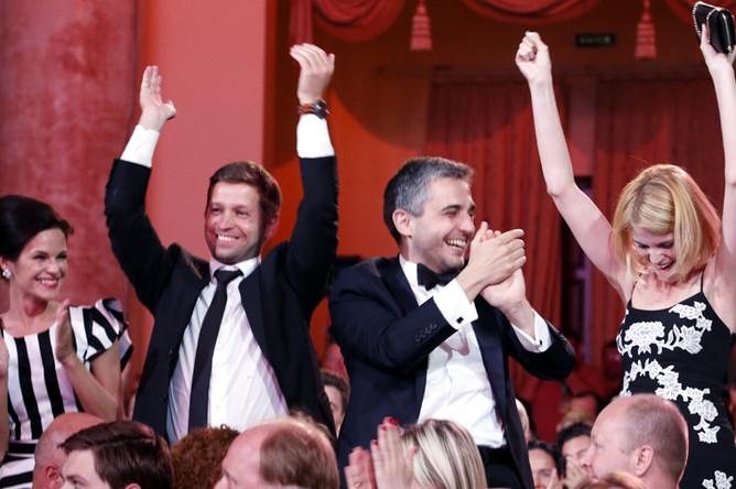 Актриса Анна Пескова (слева) и продюсер Василий Соловьев (третий слева) на церемонии закрытия XXVI открытого российского кинофестиваля «Кинотавр»