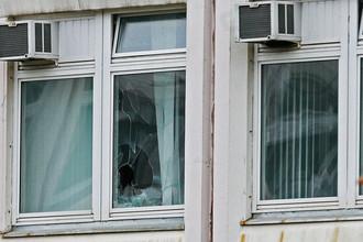 Поврежденное окно в здании школы №1 в Ивантеевке, где произошла стрельба, 5 сентября 2017 года