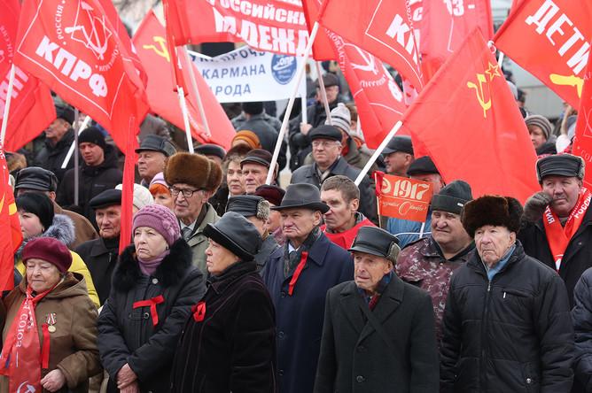 Участники шествия КПРФ по Первомайскому проспекту в Рязани накануне 99-й годовщины Октябрьской социалистической революции