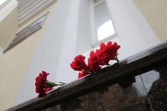 Цветы у здания Академического ансамбля песни и пляски Российской армии им. А.В. Александрова в Москве