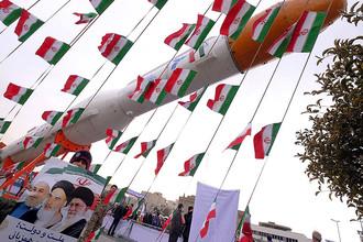 Плакат с изображением иранских лидеров на фоне ракеты-носителя Simorgh на церемонии по случаю 37-й годовщины исламской революции в Тегеране, февраль 2016 года