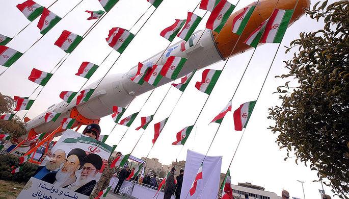 Плакат с изображением иранских лидеров на фоне ракеты-носителя Simorgh на церемонии по случаю 37-й...