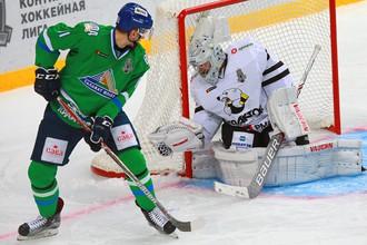 Игрок ХК «Салават Юлаев» Дмитрий Саюстов (слева) и вратарь ХК «Трактор» Павел Францоуз