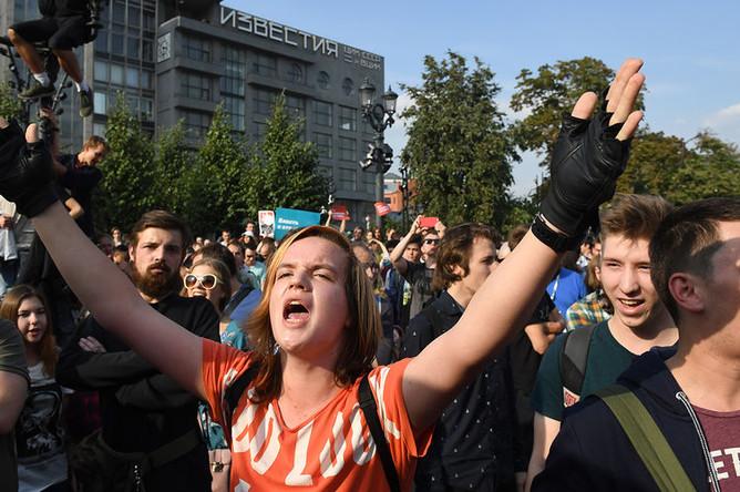 Сотрудники правоохранительных органов разгоняют участников несанкционированной акции в Москве против изменения пенсионного законодательства, Москва, 9 сентября 2018 года