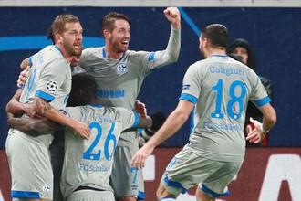 Игроки «Шальке» празднуют гол в ворота «Локомотива»